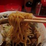 末廣ラーメン本舗 - 麺もしっかり黒い