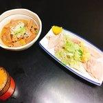 ミツワ - 煮込み  330円(左)、ガツ刺し  350円(右)