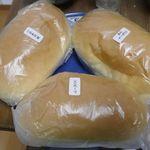 吉田パン - 買ったコッペパンを並べてみると、1つ1つが大きく重みもあるのが嬉しいところです!