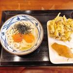 丸亀製麺 - 明太釜玉うどん、霜降りひらたけと玉ねぎのかきあげ、いなり