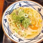 丸亀製麺 - 明太釜玉うどんに天かすとネギをドーン