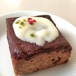 95167857 - カシス5種スパイスのホワイトチョコがけケーキ
