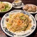 青龍門 - 五目炒飯&焼餃子セット 1490円。