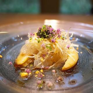 齋華 - 料理写真:フカヒレに生のクラゲを合わせた冷たい前菜、いきなり前菜に肉厚なフカヒレ!