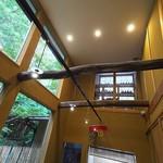 齋華 - 台風は来ているのに、窓の外は穏やか。天井高く、気持ちの良い店内。