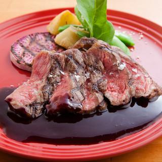肉本来の旨味と柔らかさに舌が唸る。濃厚なソースを添えてご提供