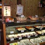 菓舗かずさ屋 - 店内です☆老舗という感じが伝わってきます♪