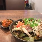 生姜ダイニング JINGER - チキンサラダと3種豆のトマト煮