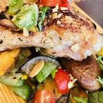 95204963 - 炭火焼きしたチキンと、グリルした野菜のオープンサンド、チキンのアップ。