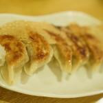 とら - 料理写真:餃子380円