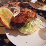U2 Cafe - トマトバジルバーガーのクラウンをはずしてみました。