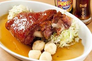 三輪亭 - 皮付き豚すね肉のロースト 黒ビールソース添え