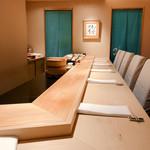 95213234 - 店内は総席数8席(カウンター席のみ)のシンプルで清潔感のある小規模店舗