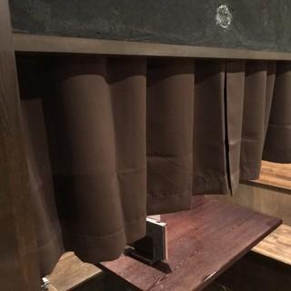 カーテンで仕切った半個室席