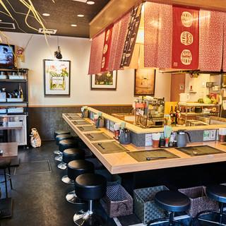 【キッチンを大きく囲んだカウンター】揚げたての天ぷらの臨場感