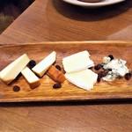 VINSENT - 三種のチーズの盛合せ。
