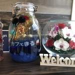 カフェまる - 素敵なお花でお出迎え。
