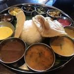 106 サウスインディアン - 左からヨーグルト、ラッサム、サンバル、野菜のココナツカレー、