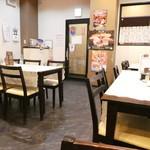 新華園本店 - テーブル席とカウンター席からなる店内