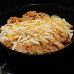 チーズタッカルビ&個室バル 肉屋のSATO - 鍋にたっぷりチーズ