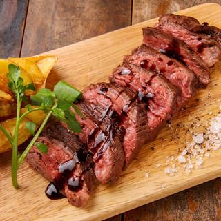 ディナーやワインのおともにお肉メニューも充実。