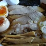 旅館 琴平荘 中華そば処 - チャーシュー麺 850円 煮玉子を割ってイン 100円