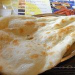 インド・ネパール料理 RAJA - ナンはでっかくて食べ応えがある