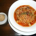 mou - ツナときのことオリーブのトマトソースパスタ(自家製黒糖パン付き)