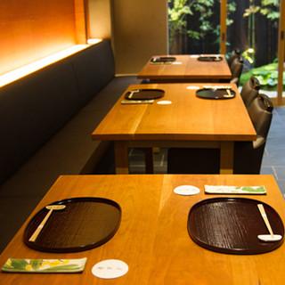 最小2名様からご利用いただける広いテーブル席