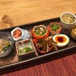 馳走和醸 すぎ - ツルムラサキのお浸し、蛸の吸盤の梅かつお和え、生シラスの塩辛、バイ貝の旨煮、なます、とんぶりとマグロの和え物、半熟玉子、イカの塩辛、鱧と水菜の酢の物、白魚の昆布締め
