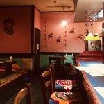 チャミヤラキッチン - カウンターと奥のテーブル席