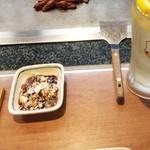 鉄板料理 小松 - にんにく味のお肉に使うたれ
