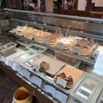 自家焙煎 美麻珈琲 - ショーケースからケーキを選ぶ
