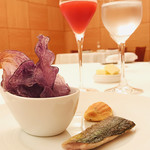 95316545 - シャドークイーン(じゃがいも)チップス、ケークサレはアンチョビや野菜を練りこんで、さんまの燻製