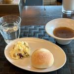95317549 - パンとデリ、コンソメスープ