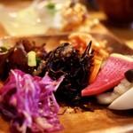新屋食堂アヤナイ - カブや紅芯大根などなどのピクルス
