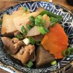 煮込みとお惣菜スタンド ウエトミ - 「筑前煮」400円也。税込。