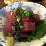 煮込みとお惣菜スタンド ウエトミ - 「まぐろブツ」450円也。