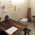 煮込みとお惣菜スタンド ウエトミ - 奥のテーブル席。ここだけ喫煙可。
