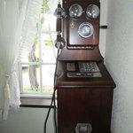 八森イソラ - 電話ボックス内のレトロな公衆電話