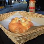 パン工房 風舎 - 料理写真:オリーブオイルで焼き上げたチーズフォカッチャ