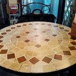 ジラフクレープ - 内観。2人掛けのテーブルが4組。