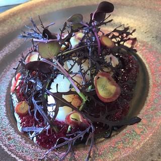 a - 帆立貝のクルード 真っ赤なビーツソースとヴィオーラ野菜