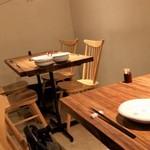 博多ほたる - 入口近くのテーブル席。