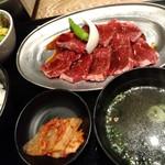 横浜焼肉食堂 - 旨味が足りないタレとお肉。