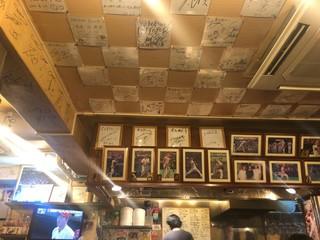 常太郎 - 壁と天井にサインがいっぱい