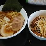 中華そば 弥栄 - 料理写真:ラーメン 600円(煮玉子トッピング100円)とまかない丼300円