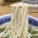 西北拉麺 - 手打ち麺はモチモチとした食感で、淡麗ながらも牛骨の旨味ほとばしるスープとメチャマッチ!いやはや素直にうまし!