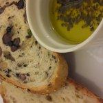 バゲット - パスタについてきたパンと黄色い油
