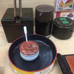活鮮 - 備え付けはガリ、粉茶、醤油の3点です。ワサビはレーンに流れています。